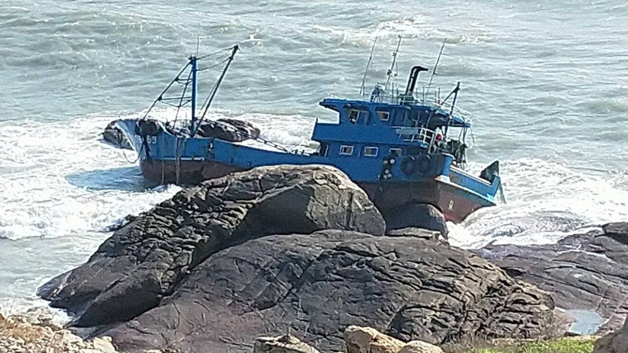 昨日深夜北碇島海域傳出有大陸漁船擱淺,所幸船上人員全數獲救。圖/金門縣環保局提供