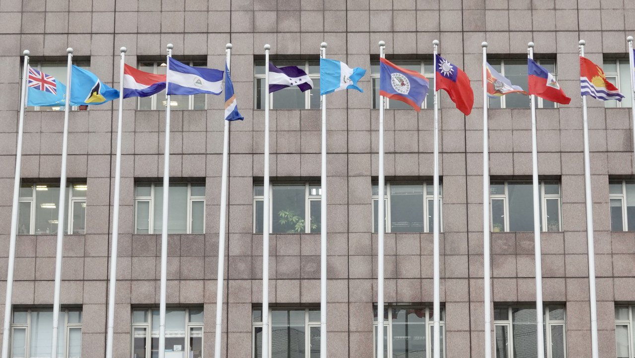 台北使館區20日高掛吉里巴斯(右一)與吐瓦魯(左一)國旗。記者林伯東/攝影