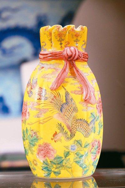 「清乾隆料胎黃地畫琺瑯鳳舞牡丹包袱瓶」,預計成交價8億元。 記者林澔一/攝影