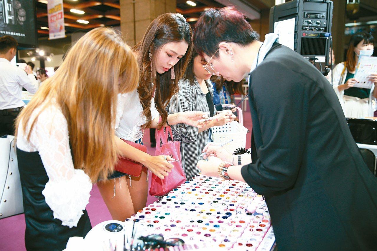 國際美容化妝品展昨天開展,美甲區吸引爆滿人潮。 記者蘇健忠/攝影