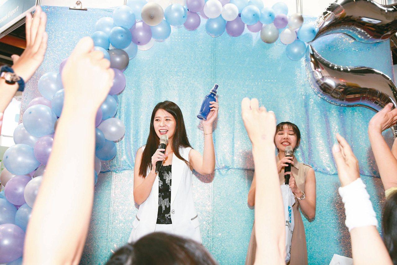 李燕(左)為代言的KIN沙龍級髮品到2019台北秋冬國際美容化妝品展攤位站台,與...