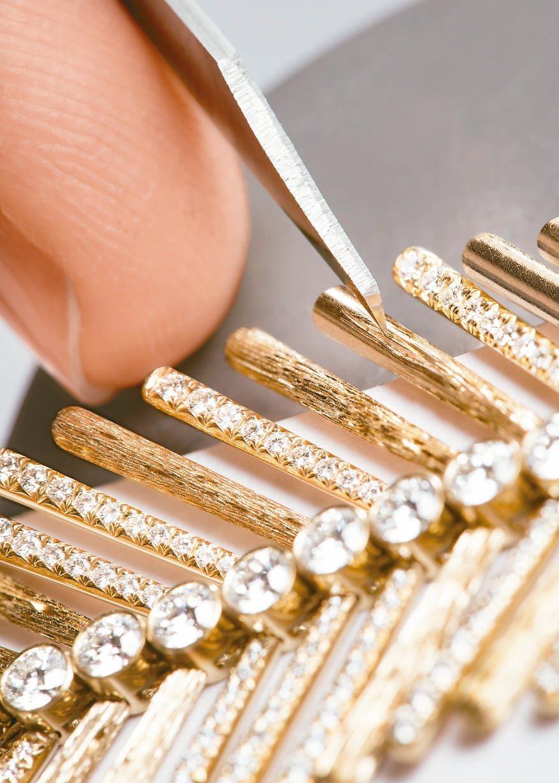 金燦綠洲系列頂級珠寶中許多金質細節都裝飾了伯爵經典的宮廷式雕刻工藝。 圖/伯爵提...