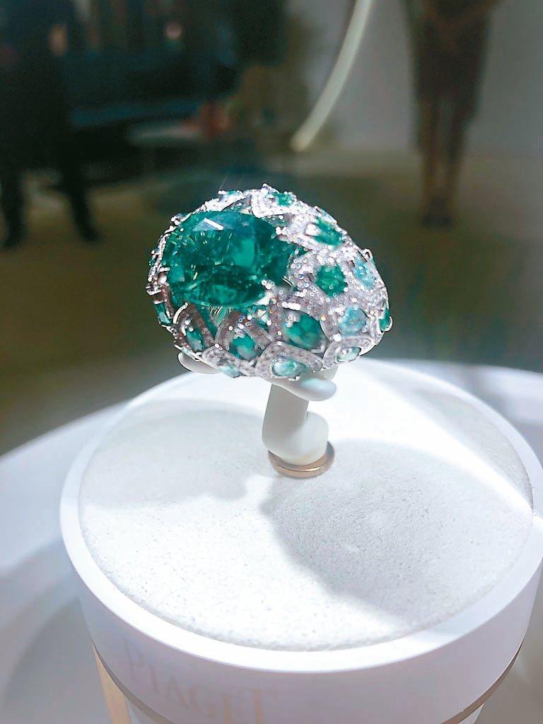 描繪仁王冠龍舌蘭的鑽戒巧妙採用產自尚比亞的祖母綠綠中帶藍的特質。 記者孫曼/攝影