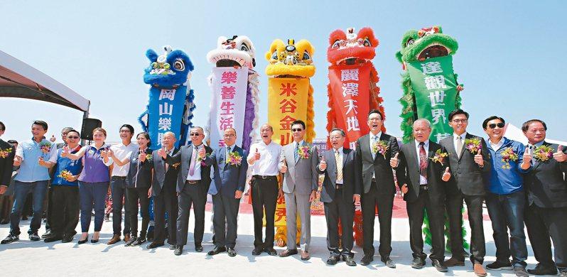 高雄市長韓國瑜(右八)昨天參加岡山捷運站前達麗米樂購物廣場動土。 記者劉學聖/攝影