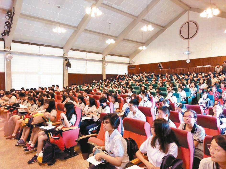 108課綱上路「自主學習」是最大改革特色,忠明高中和東海大學合作16堂選修。 圖...