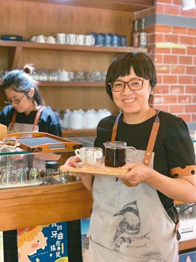 陳筱梅進修各種咖啡知識與技巧,希望讓消費者喝到最好喝的咖啡。 記者蔡家蓁/攝影