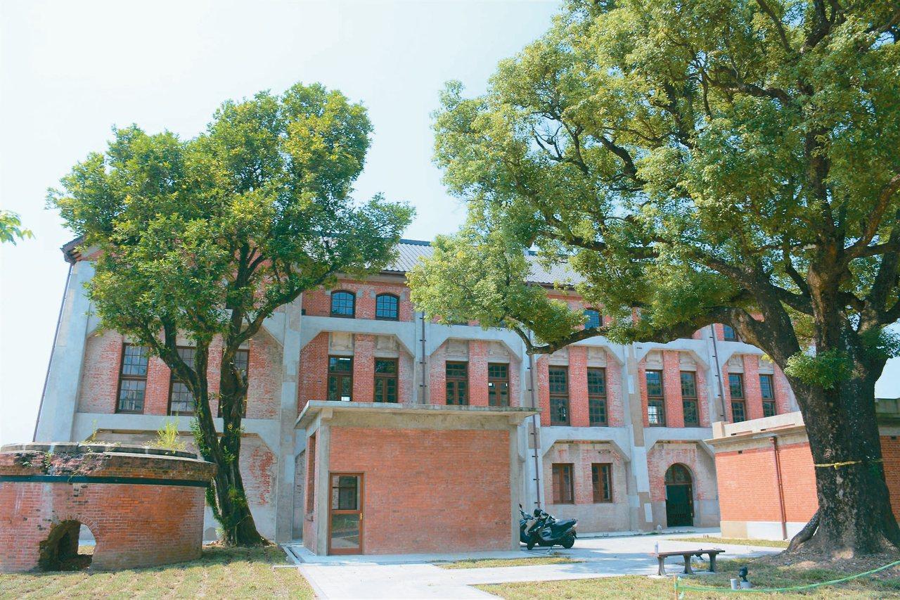 台南水道博物館紅磚建築配綠樹相當漂亮。 記者吳淑玲/攝影