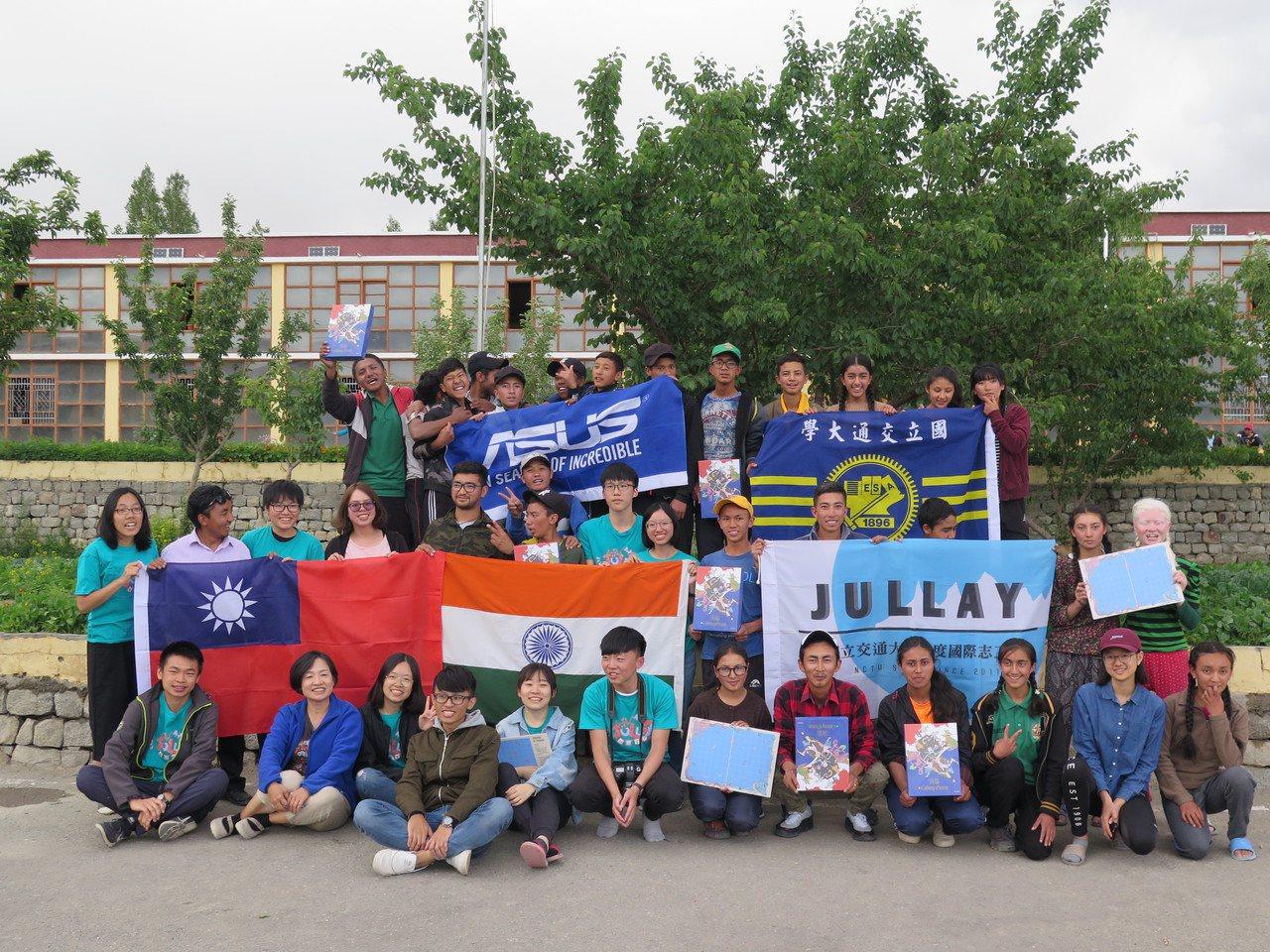 國立交通大學印度國際志工Jullay團大合照。 圖/交通大學提供