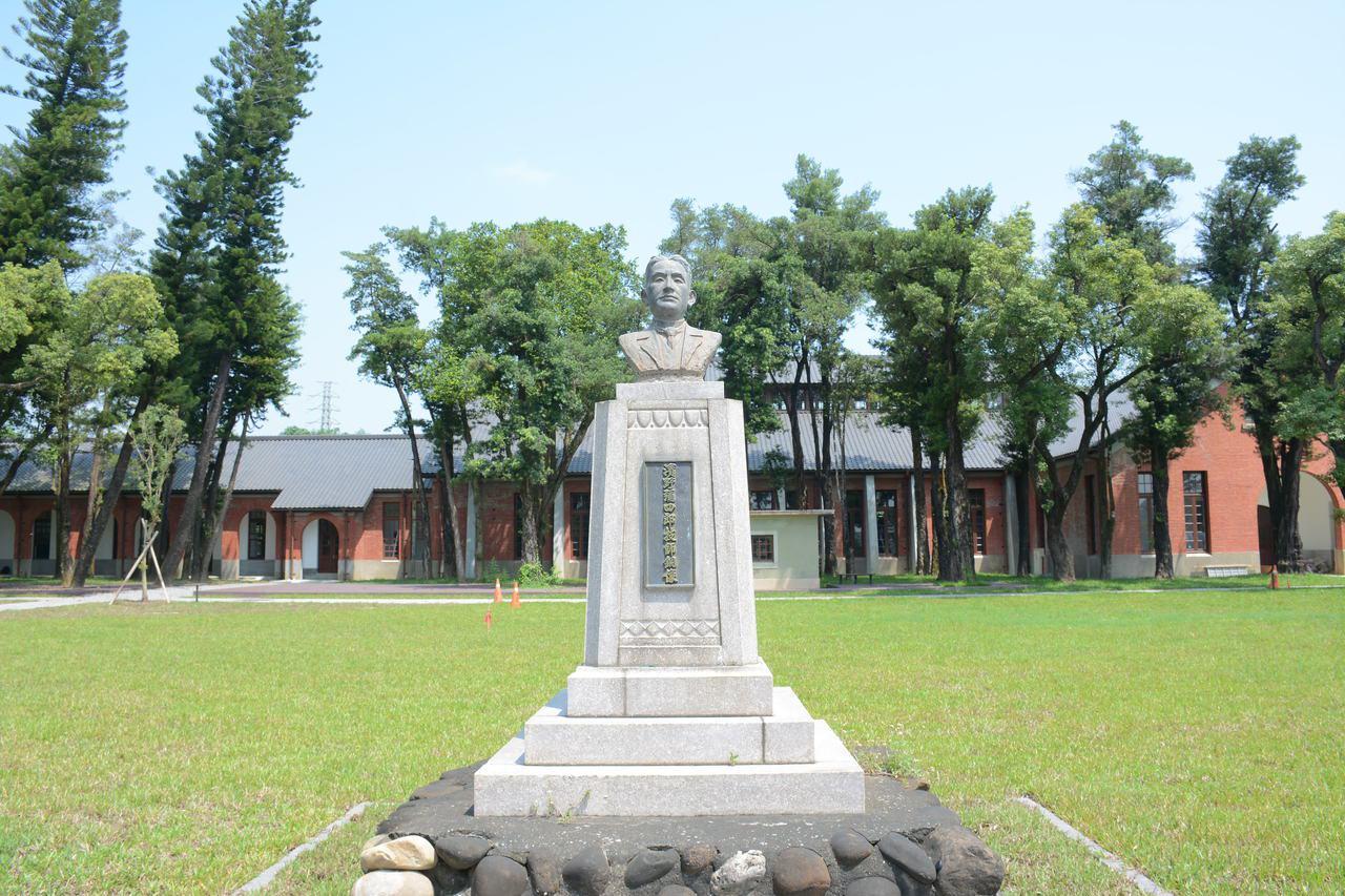 台南水道博物館設有「台灣水道之父」濱野彌四郎雕像。記者吳淑玲/攝影