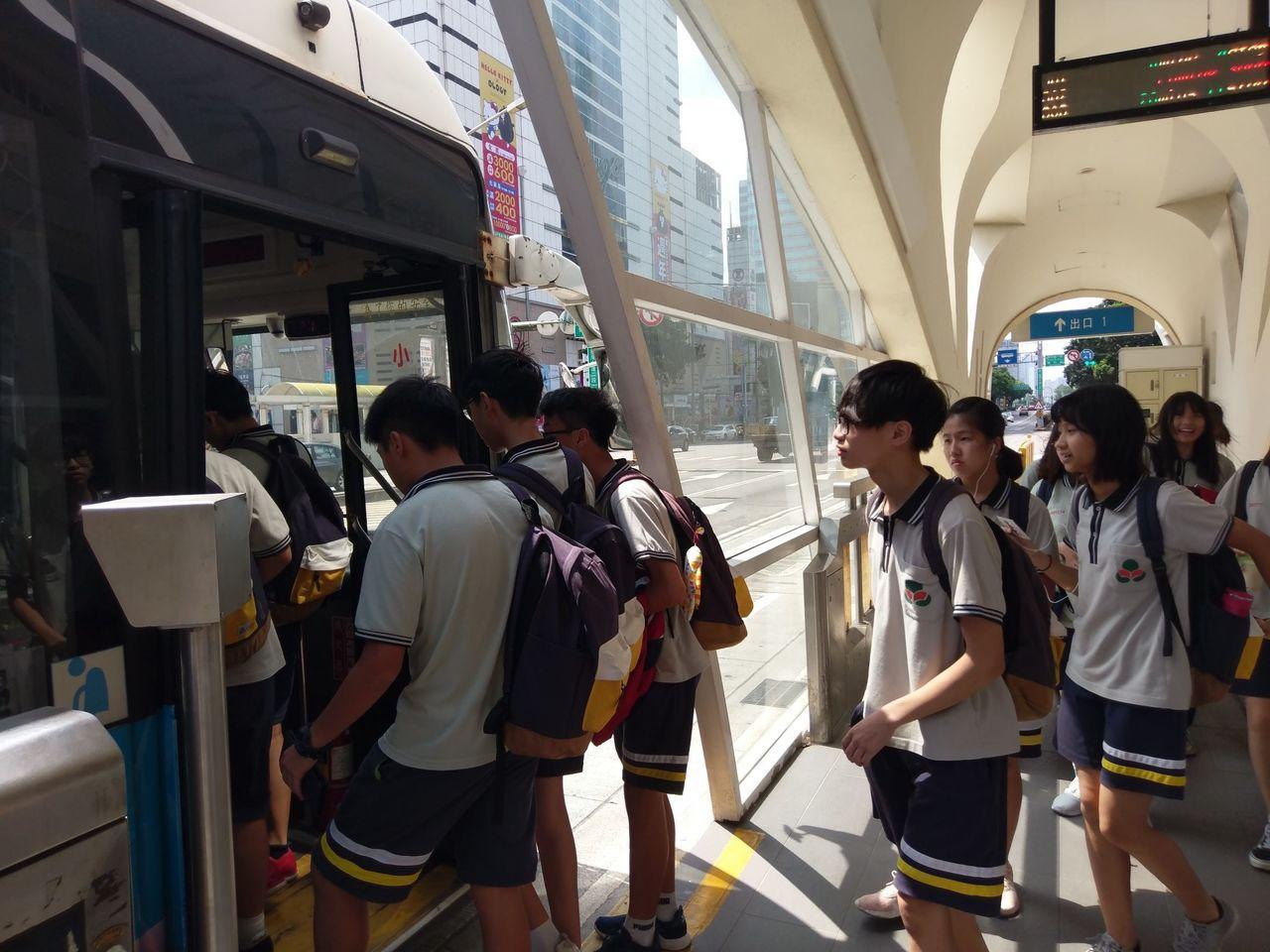 忠明高中和東海大學合作16堂選修,全體高一學生自己搭公車到大學上課,培養「自主性...