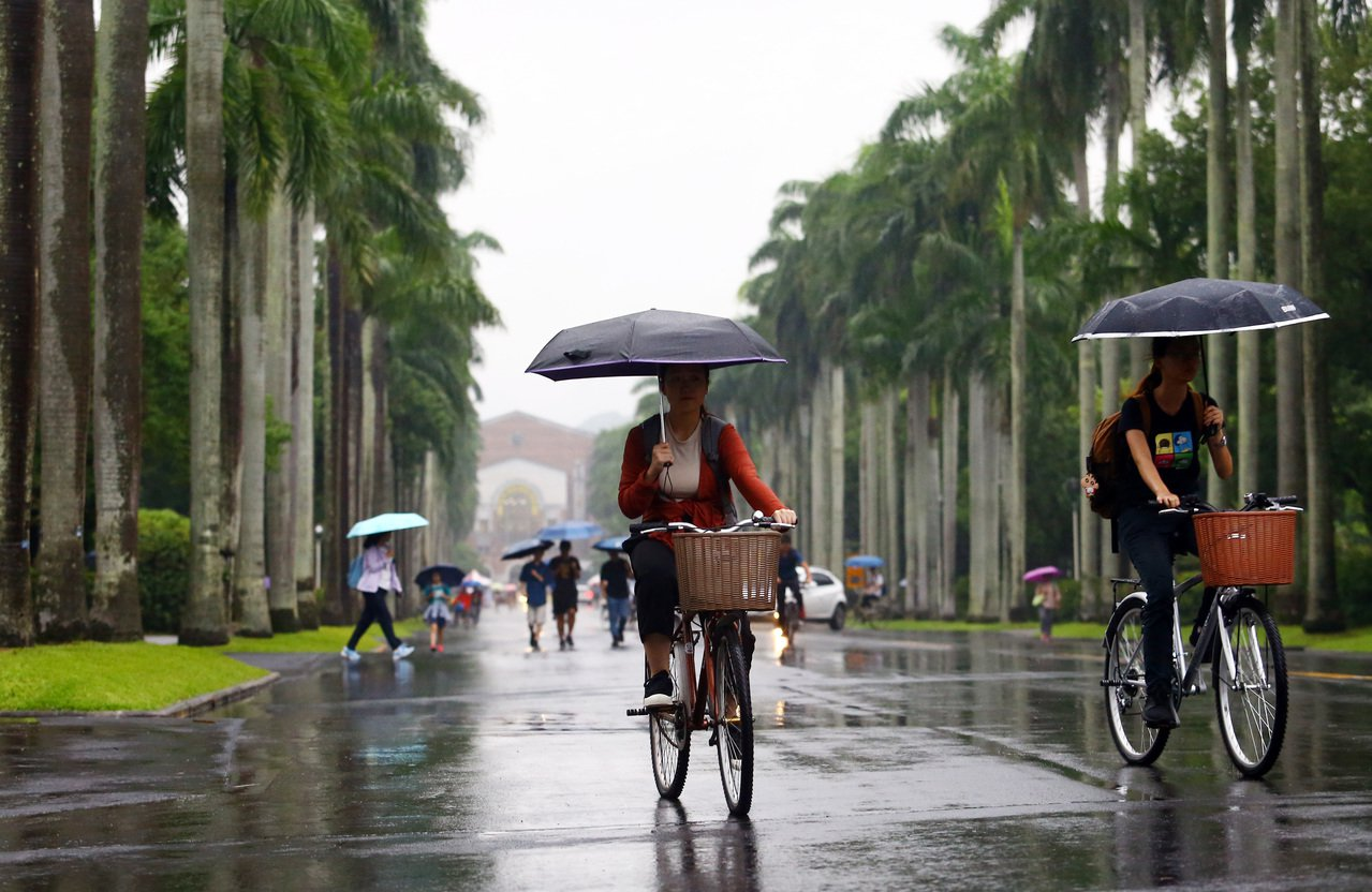 台灣大學今年首度設立「傅鐘獎學金」,每人每年二十萬元,最多給五年一百萬元。記者杜...