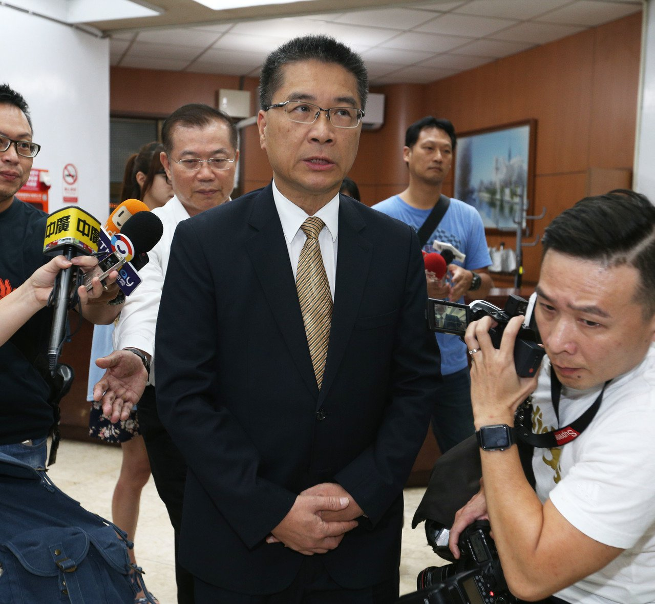 內政部長徐國勇(左)昨在高雄表揚有功員警,強調不是政治操作。 記者劉學聖/攝影