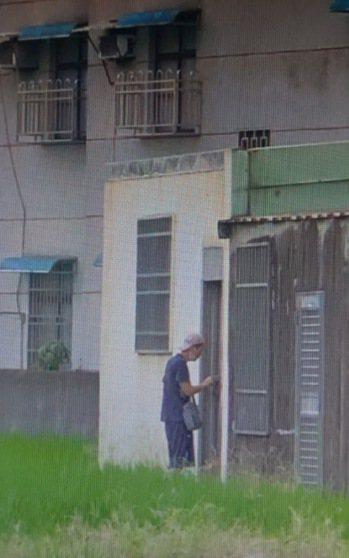 邱姓男子試圖闖空門行竊被目擊。 圖/民眾提供