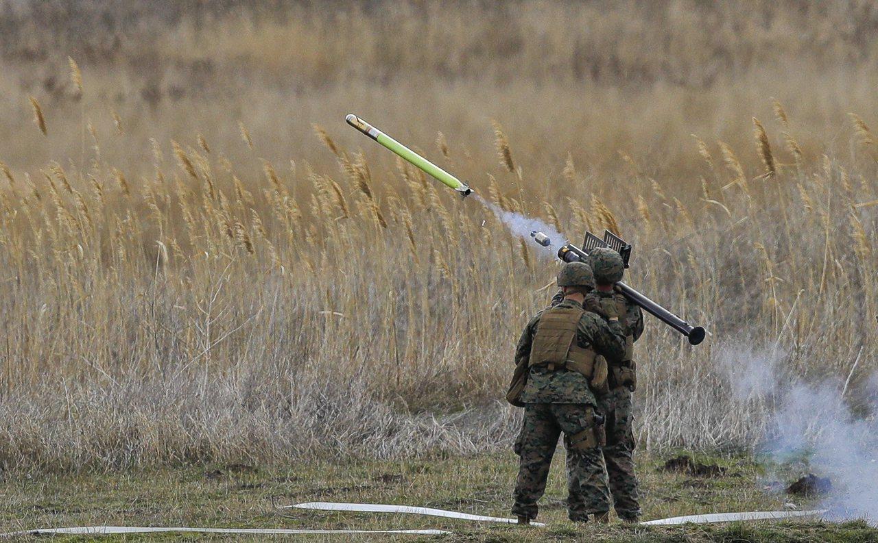 美軍加強部署個人攜行式肩射刺針飛彈,應付無人機的威脅。 (美聯社)
