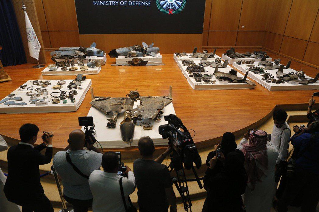 沙國18日開記者會,展示沙國在遇襲產油設施附近發現的無人機與巡弋飛彈殘骸。 (美...