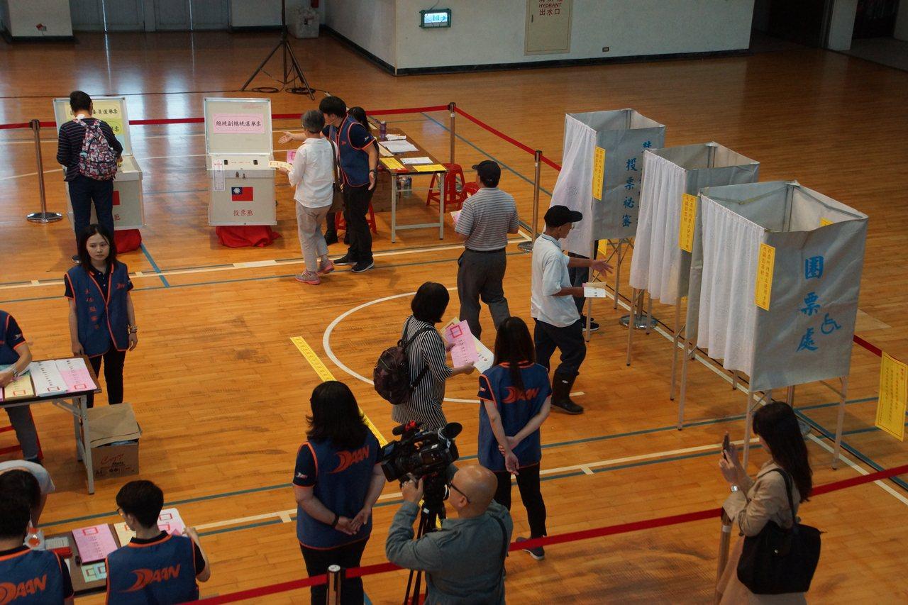 中選會昨舉辦投票模擬演練觀摩會,讓民眾親自體驗投票,也發掘作業缺失。圖╱中選會提...