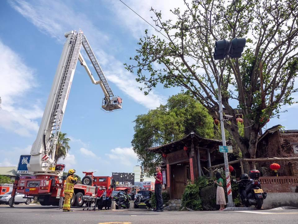 各縣市消防局雲梯車出動是依災害危急狀況,且到現場要考量腹地和電線等障礙物,現場指...