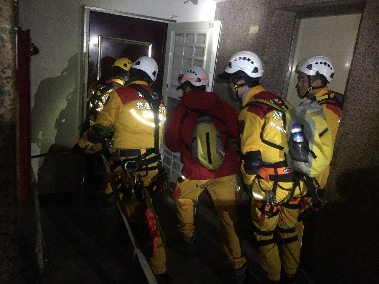 消防隊破門。 圖/聯合報系資料照片