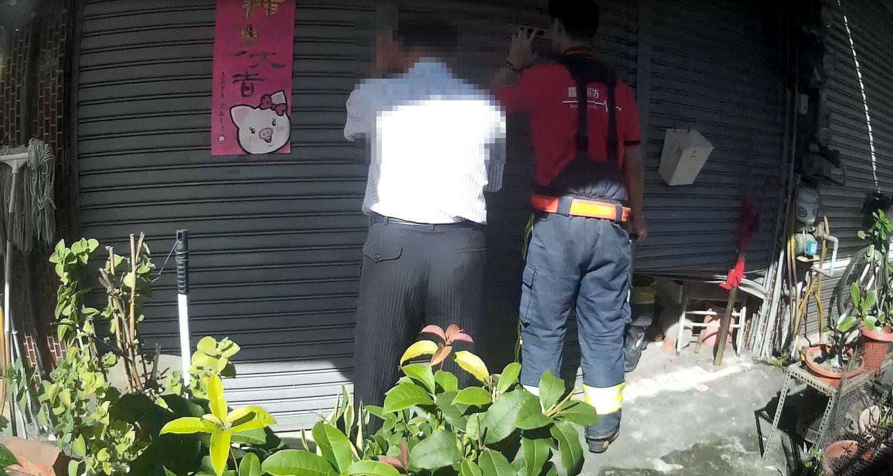 嘉義市消防人員聽到門內有微弱的喘息,破門發現屋主右側中風無力,緊急送醫搶救。 記...