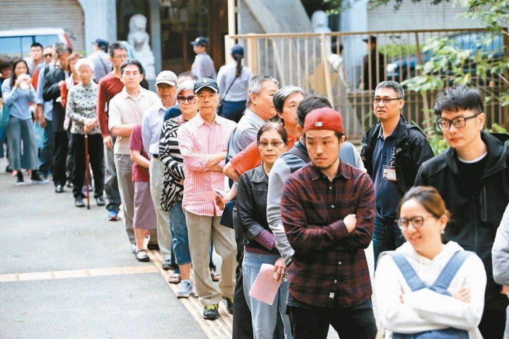 九合一選舉併公投,民眾排隊投票。圖/聯合報系資料照