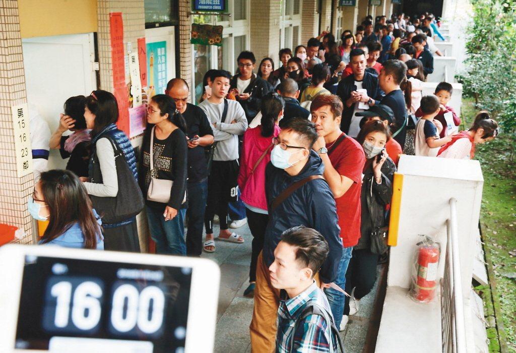 去年九合一選舉和公投投票,不少投開票所到下午4時仍有大批民眾排隊投票。圖/聯合報...