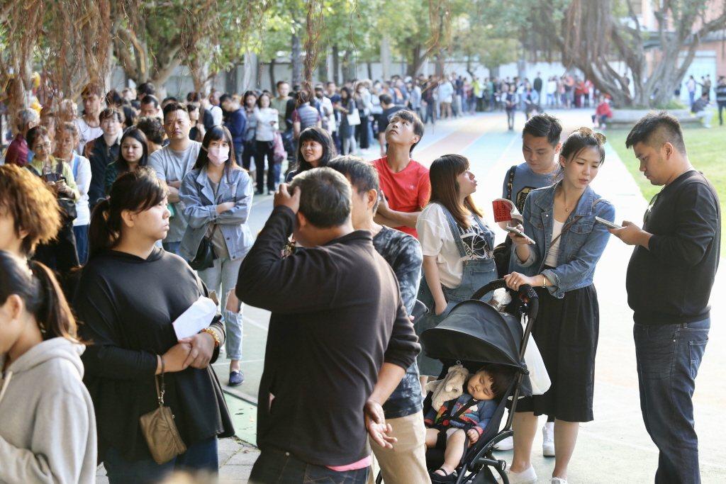 九合一選舉與十案公投,下午四時後還有民眾大排長龍。圖/聯合報系資料照片