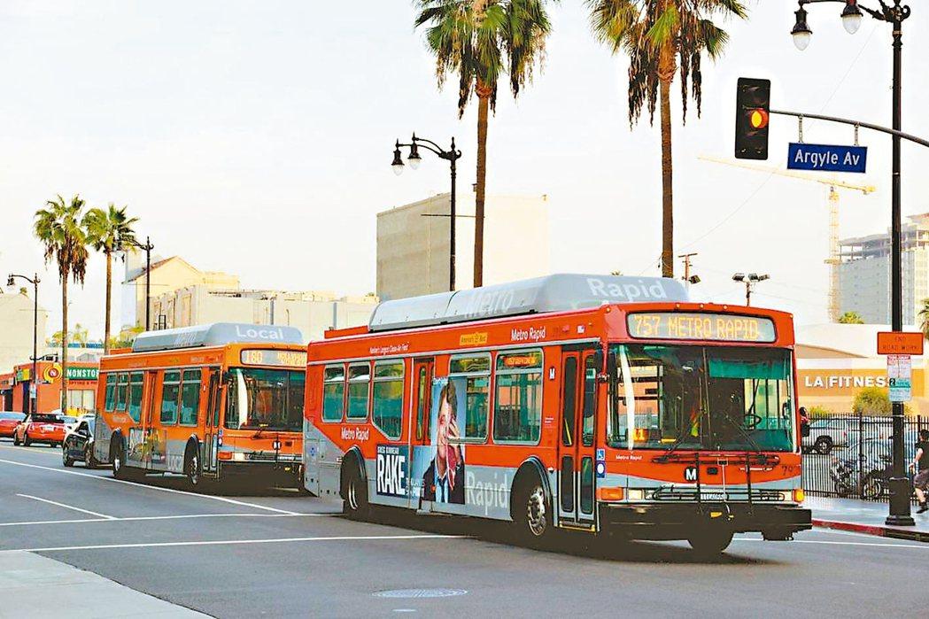 今年36歲的洛杉磯人威廉斯每天都得搭乘來回各90分鐘的公車,到16公里外的美髮院...