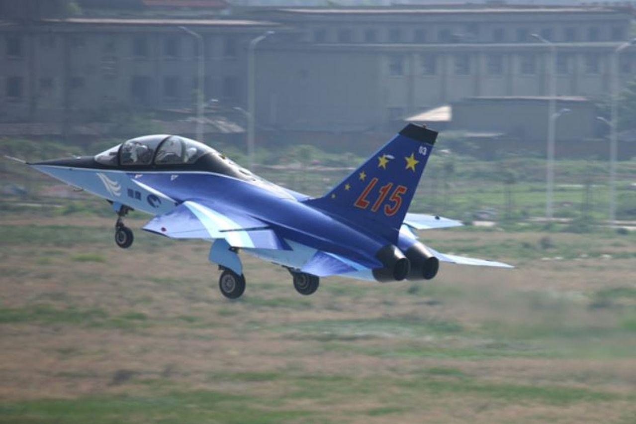 獵鷹高教機將亮相閱兵 今最後綵排 消息:培訓艦載機機師 取材自新華網