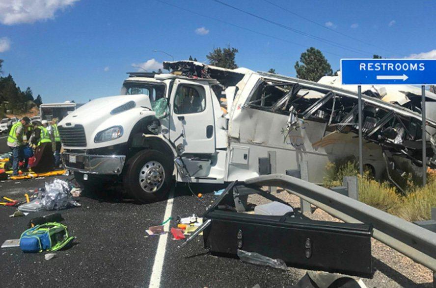 滿載中國旅遊團的巴士撞到高速公路護欄後,面目全非,車上乘客至少四人死亡,十餘人輕...