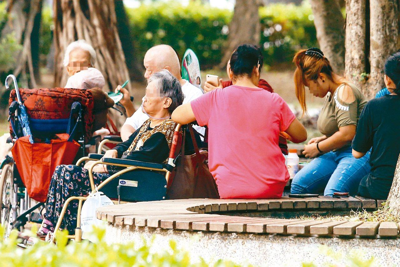 衛福部上午宣布「擴大外籍看護工家庭使用喘息服務計畫」對象,放寬目前70歲以上長照...