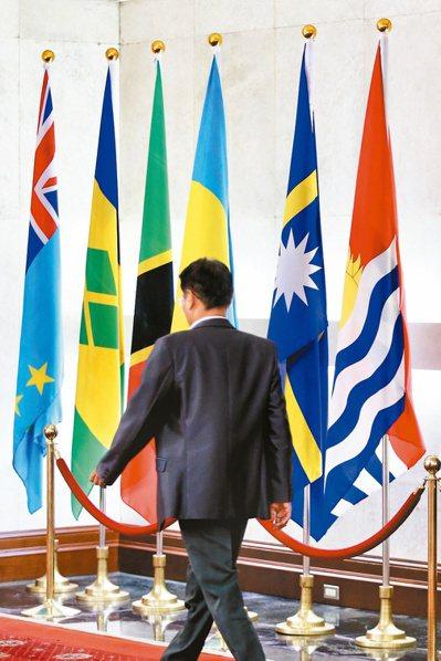 外交部大廳掛著吐瓦魯(左一)與吉里巴斯(右一)國旗。 記者林伯東/攝影