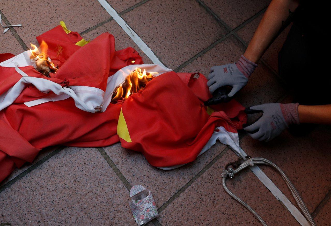 香港新界屯門今天下午有「反送中」遊行,遊行隊伍經過屯門大會堂時,有示威者拉下掛在...