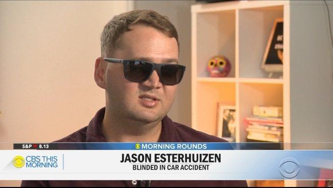 南非青年傑生.艾斯特惠正因車禍造成失明,他來美接受手術,在腦中植入晶片,如今可以...