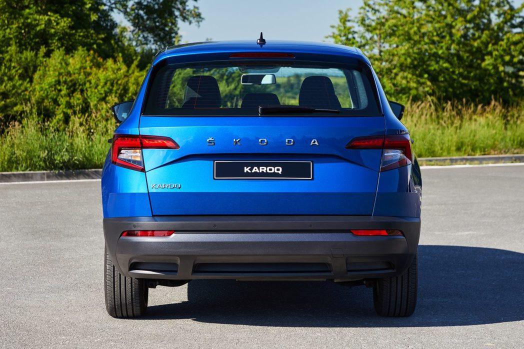 2020年式ŠKODA Karoq將車尾上的廠徽更換為品牌「ŠKODA」的字樣。...