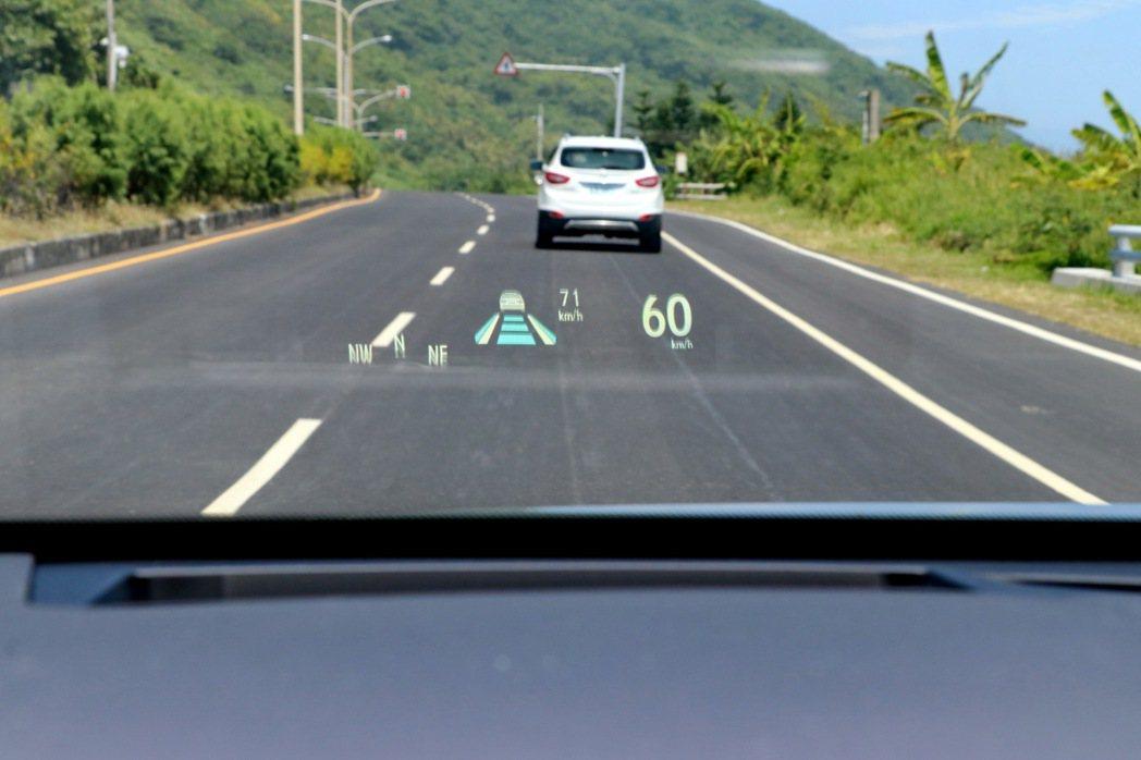 Hud抬頭顯示器同步出現跟車功能的情況。 記者陳威任/攝影