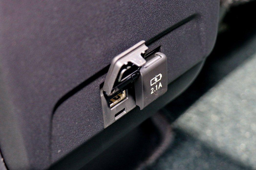 後座出風口下方提供兩組USB連接埠。 記者陳威任/攝影