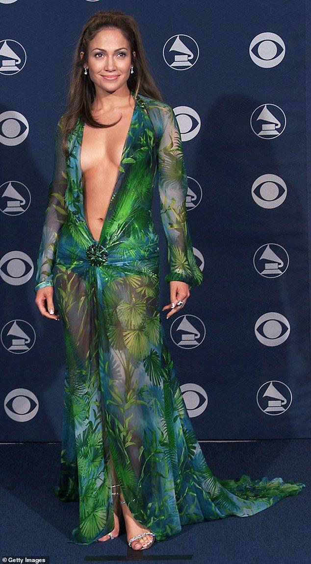 珍妮佛洛佩茲2000年在葛萊美頒獎典禮中驚豔四座的VERSACE叢林印花薄紗禮服...
