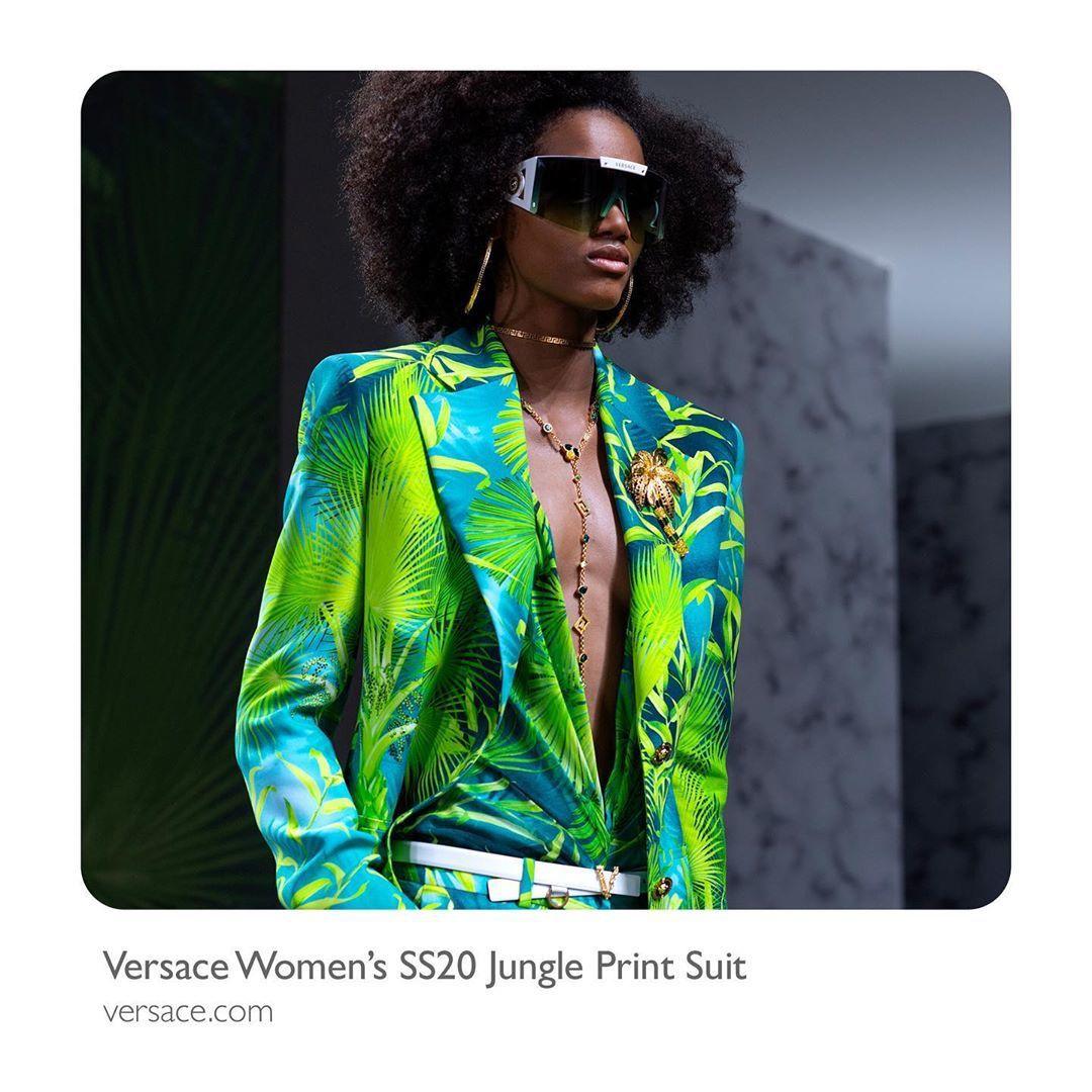 2020春夏迎接叢林印花滿二十周年,VERSACE推出同花色的風衣、短褲、夾克、...