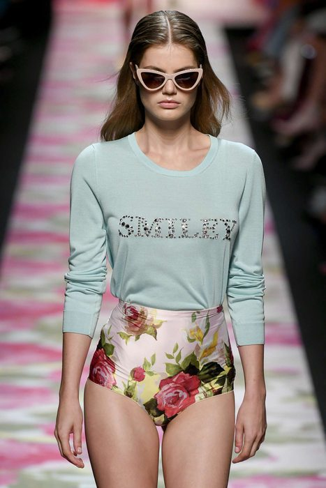 熱愛花卉與薄紗元素的Blumarine,則是把玫瑰印花呈現在透膚洋裝、連身泳衣等...