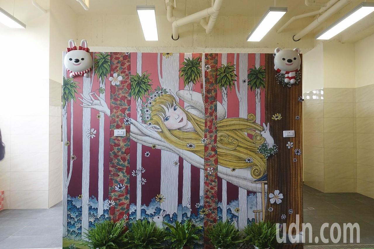 嘉義市宣信國小改造校內老舊廁所,請來校友藝術家莊信棠,以大白熊為主角、四季為背景...