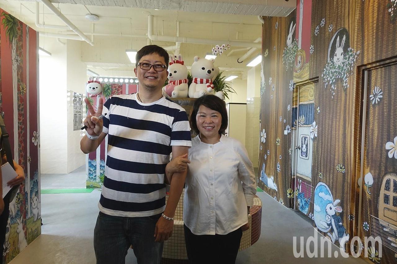 嘉義市宣信國小校友、藝術家莊信棠(左)以大白熊為主角、四季為背景設計,將老舊的廁...