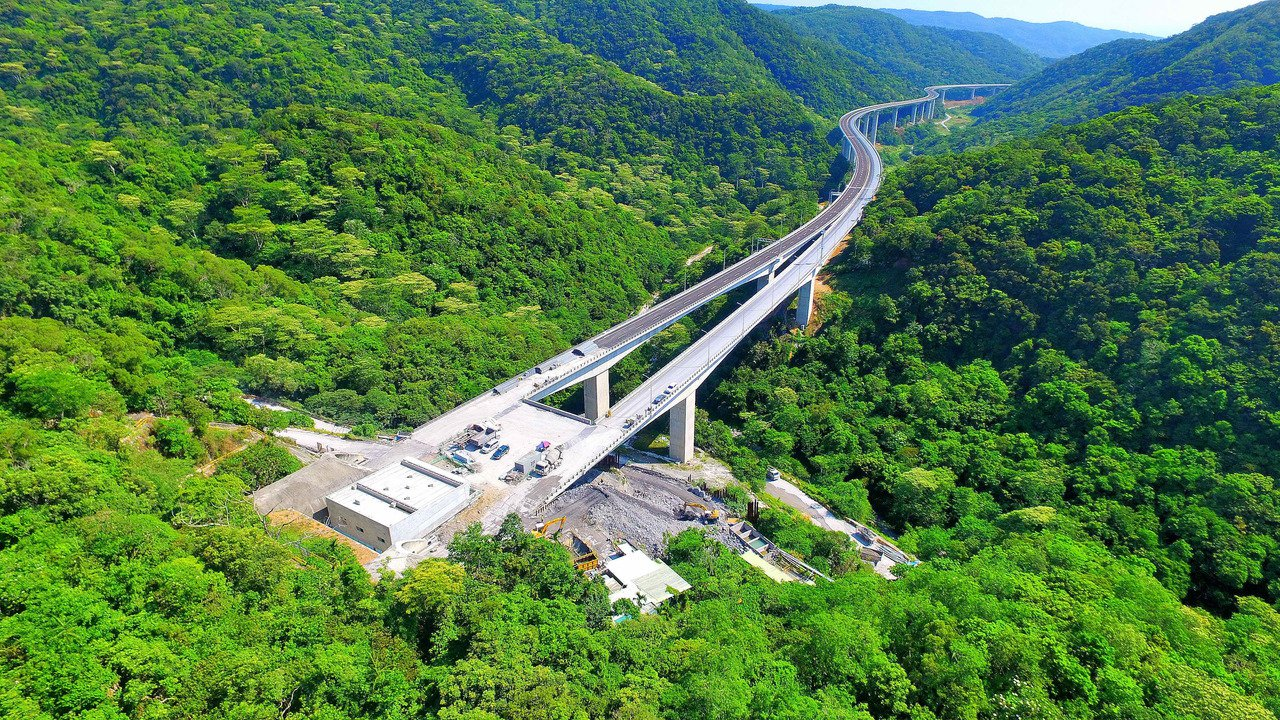 南迴公路安朔至草埔段高架橋,氣勢雄偉。圖/公路總局提供