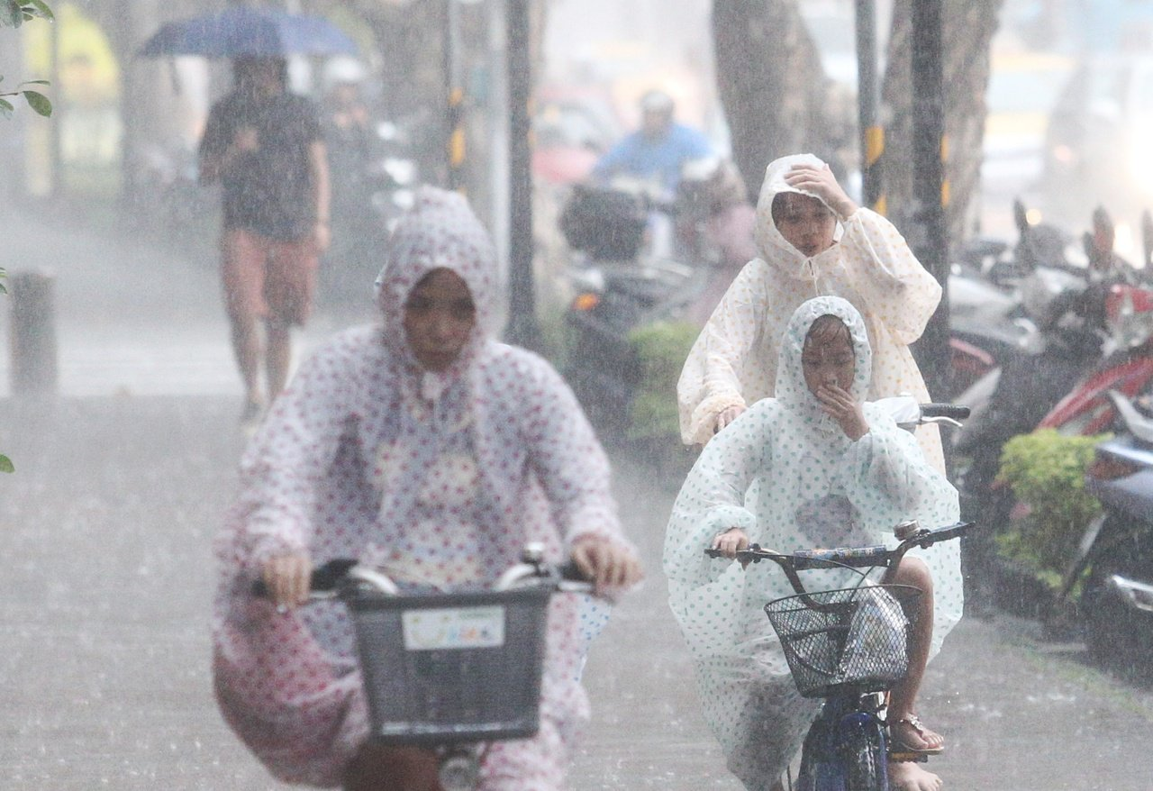 中央氣象局說,今天白天颱風距離台灣最近,受其外圍環流影響,迎風面的北部及東北部地...