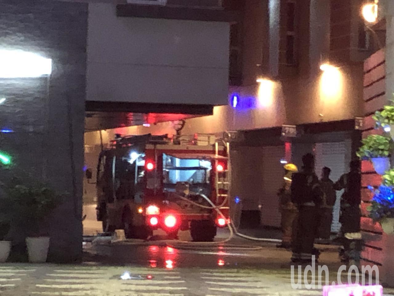 台南市北區一汽車旅館今天凌晨2時33分傳出火警,搶救出1名入住男子,送醫急救,記...