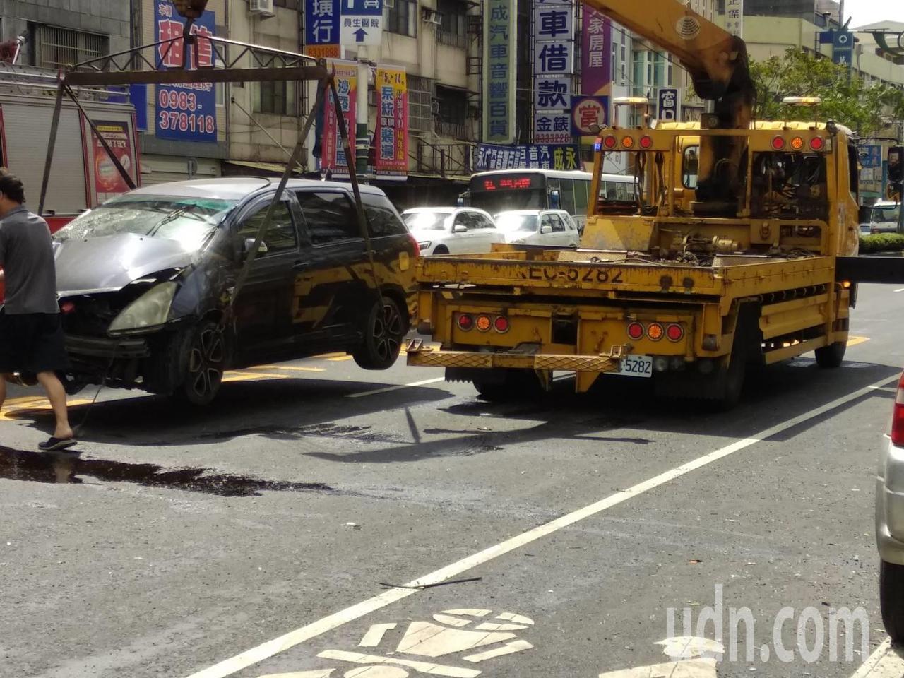 員林市莒光路與靜修路口,今天早上9點多發生休旅車與小貨車撞車禍,至少造成10名民...