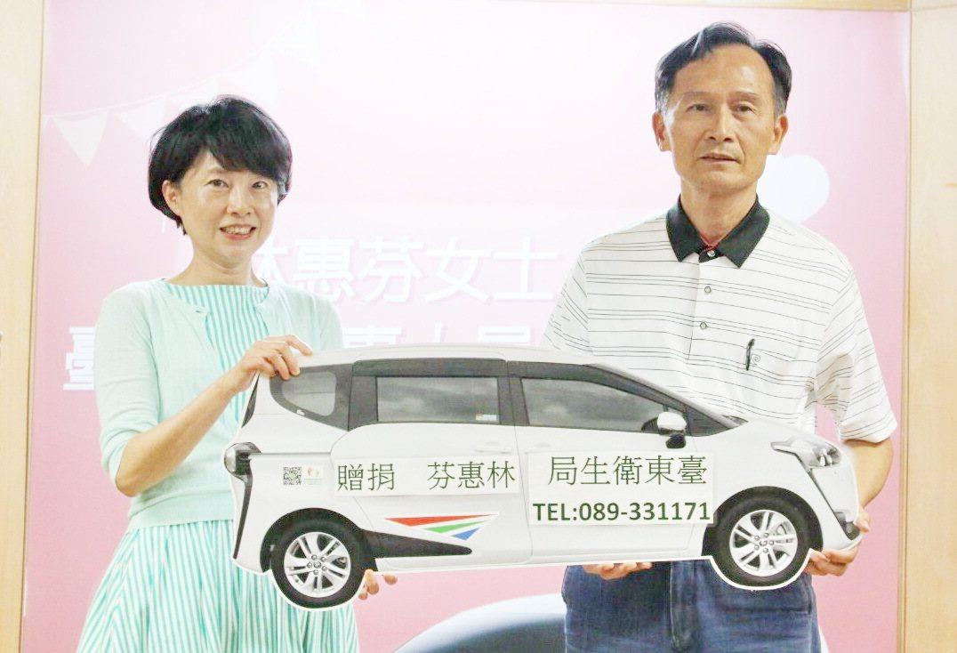 台北市婦人林惠芬(左)捐贈台東縣一輛多功能醫療人員巡迴車。記者羅紹平/翻攝