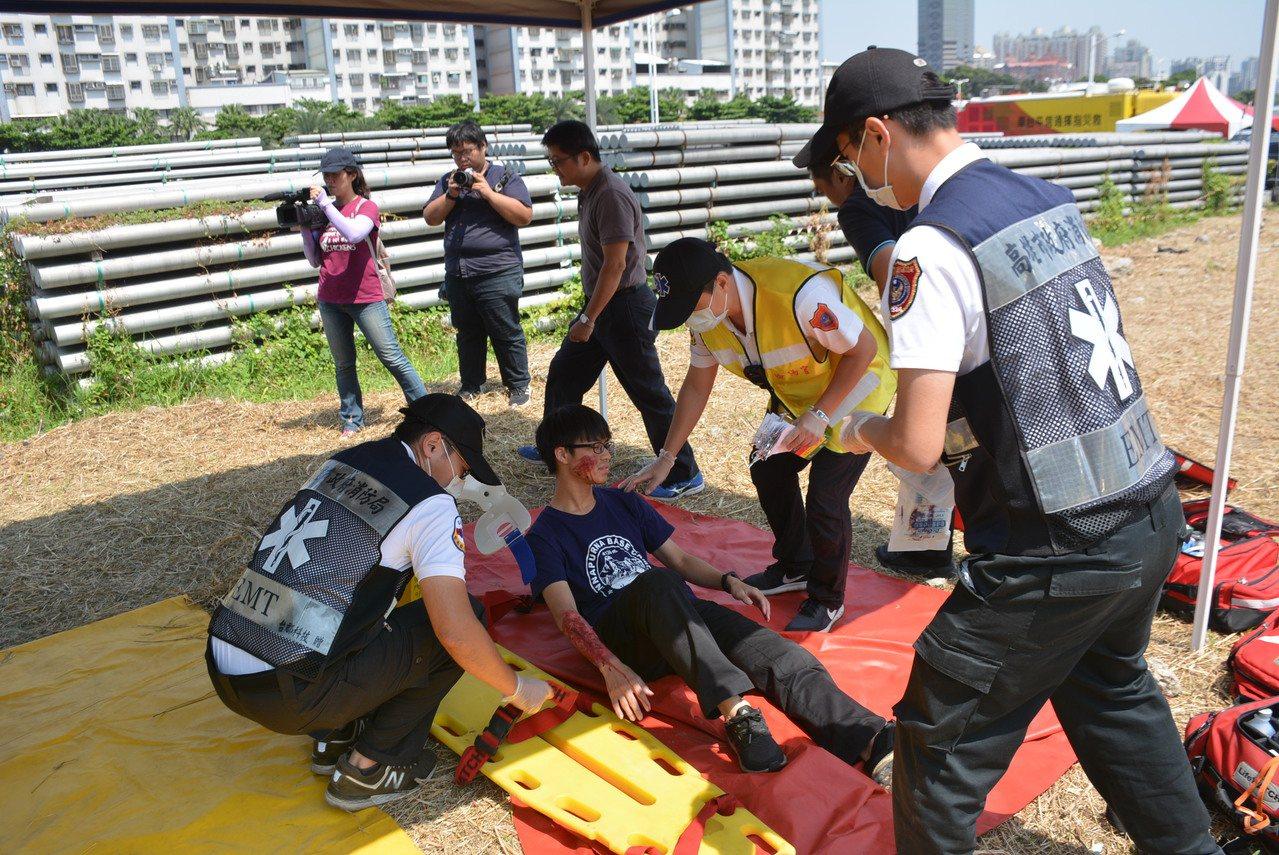高雄市消防局趁今天921地震20周年,昨天舉行複合型災害演練。記者林保光/翻攝