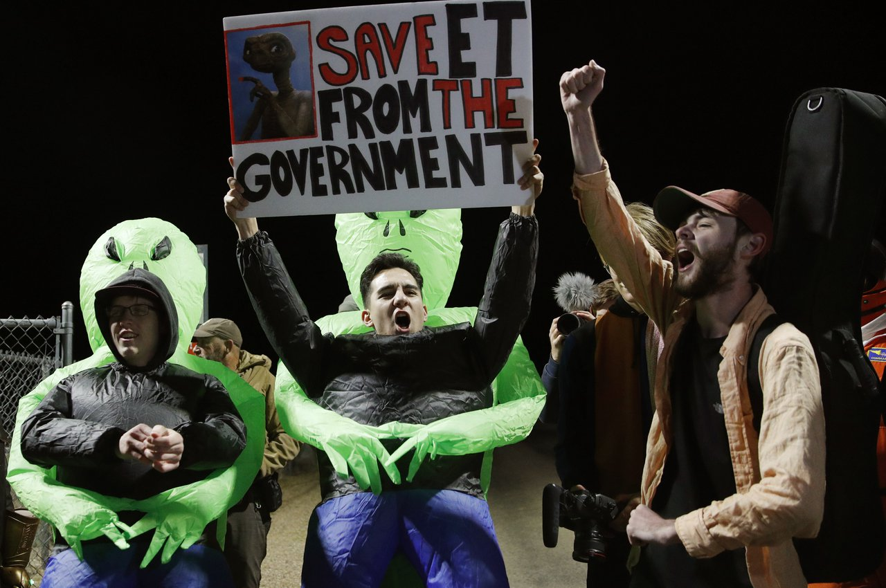 民眾高舉標語,寫著「將ET從政府手中救出」。硬闖51區活動20日登場,超過2百萬...