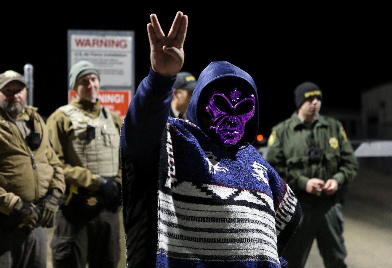 一名戴著外星人面具的「硬闖51區」參與者在美國內華達州極機密軍事基地「51區」大...