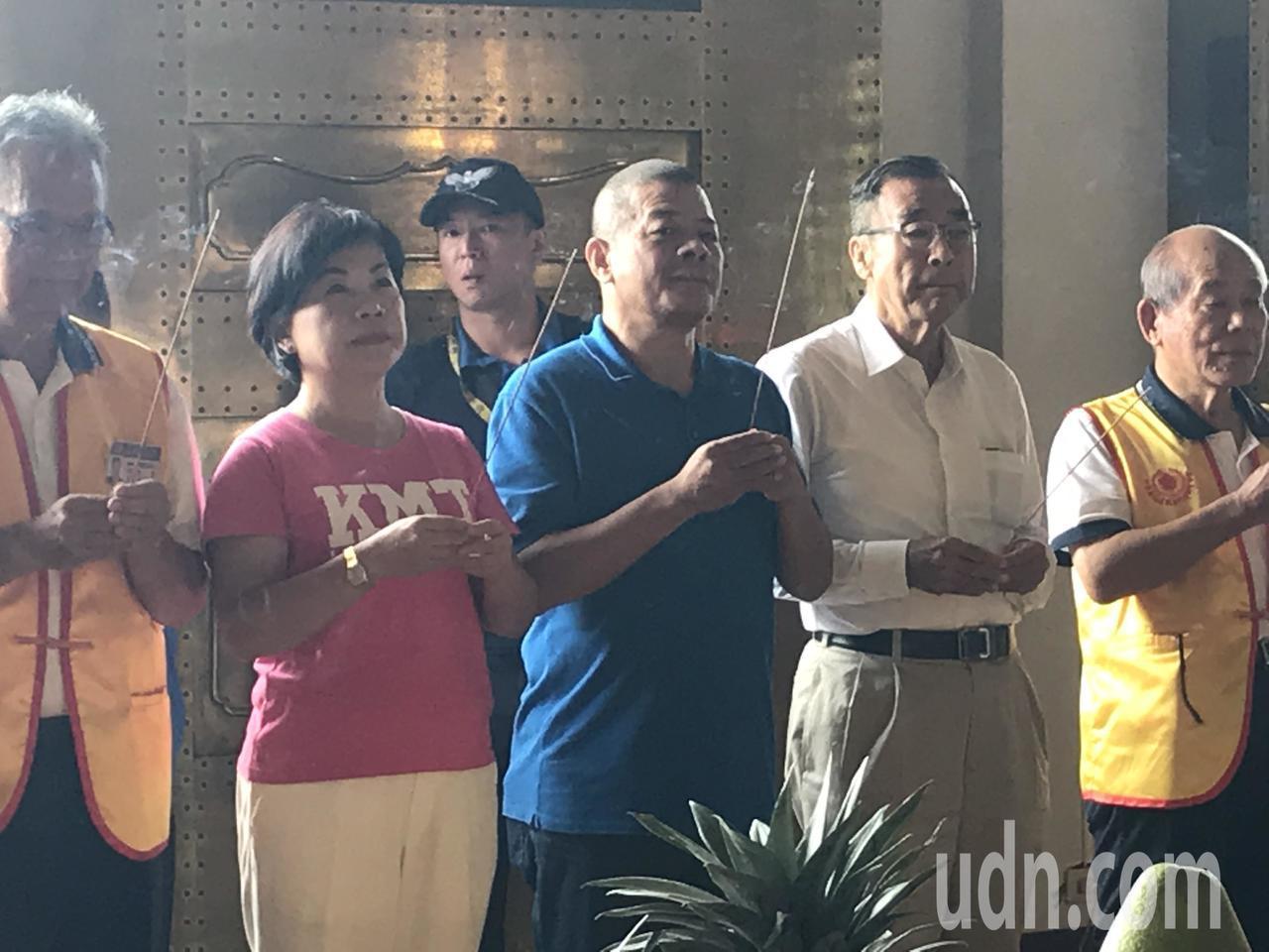 台中市副市長楊瓊瓔(左二)、前台中市議長張清堂(中)、前總統府資政廖了以(右二)...